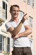 Lachendes männliches Model - gut aussehend - im Urlaub