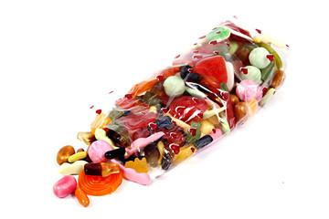 Süßigkeiten in einer Tüte auf weiß isoliert