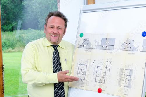 architekt präsentiert ein bauprojekt