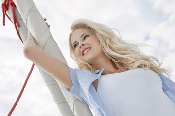 Segelsport - Frau im Sommer beim Segeln