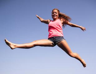 Junge Frau beim Springen