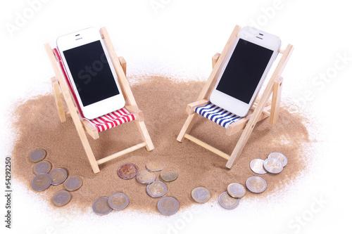 zwei Handys in Strandliegen
