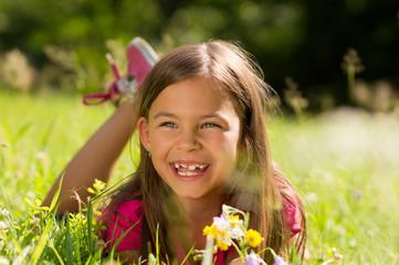 Lachendes Mädchen liegt auf der Wiese