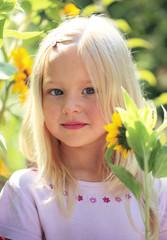 Mädchen mit Sonnenblume im Garten