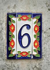 Numero civico 6, fatto in ceramica e dipinto a mano