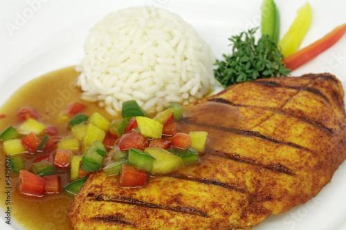 Hähnchenbrustfilet mit Paprikasoße und Reis