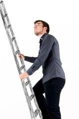 Mann steigt auf die Leiter
