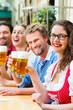 Leute in Bayerischer Tracht in einer Wirtschaft oder Restaurant