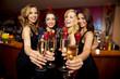 Leinwandbild Motiv Attraktive junge Frauen in einer Bar