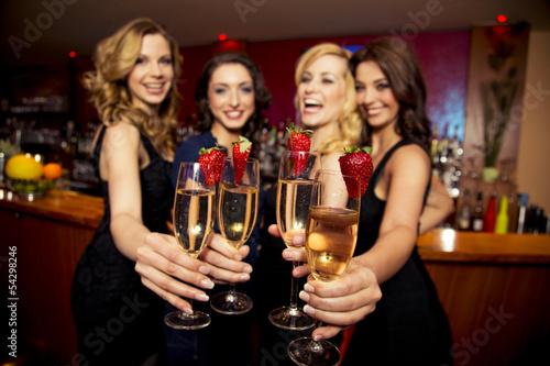 Attraktive junge Frauen in einer Bar - 54298246