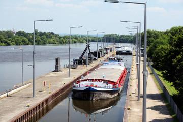 Schleuse Muehlheim Oberwasser Binnenschiffe - 1