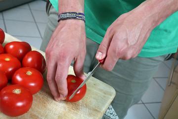 Tomaten in Scheiben schneiden