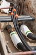 Fernwärmerohre und Kabelschutzrohr in einer Baugrube