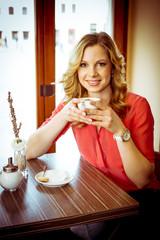 Attraktive blonde Frau im Café