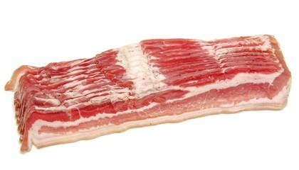 Lonchas de bacon sobre fondo blanco