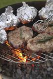 Grillfleisch mit Kräutern + Folienkartoffeln / Hochformat