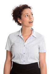 Erstaunte junge Frau isoliert blickt neugierig auf etwas