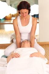 Therapeutin mit Patientin bei Entspannungsübung