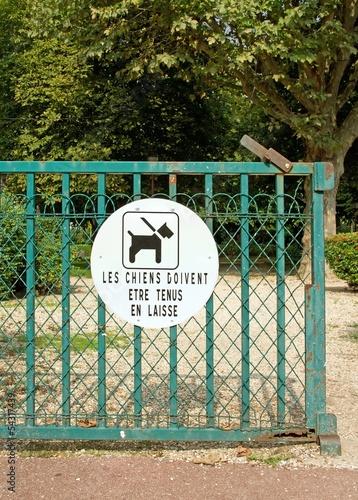 les chiens doivent être tenus en laisse, jardin (France)