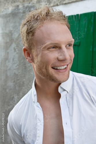 Gesicht eines blonden junges Mannes im Sommer