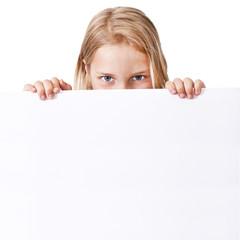 niña sujetando el letrero con espacio en blanco