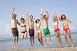 Sieben Freunde springen am Strand