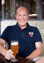 Homme buvant une bière en terrasse