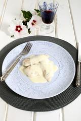 deliziosa carne con formaggio su piatto sfondo legno bianco