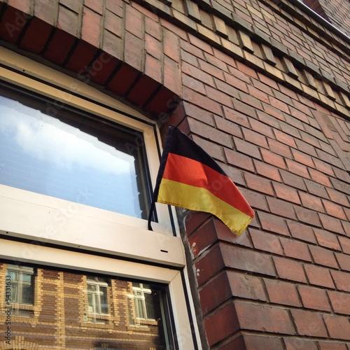 Deutschlandfahne am Fenster