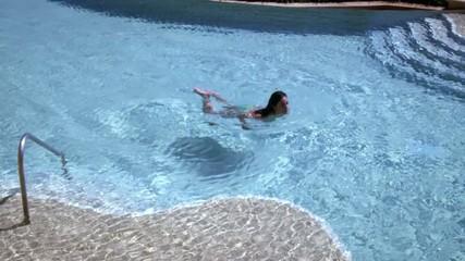 молодая сексуальная девушка в бассейне