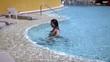 молодая красивая девушка в бассейне