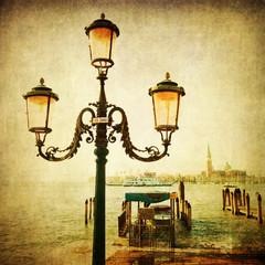 antike Straßenlaterne in Venedig mit Textur