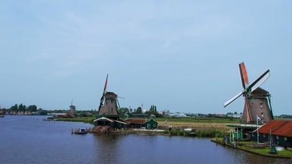 ветряные мельницы на берегу озера