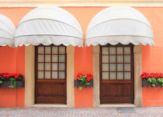mediterrane Fassade mit 2 Türen