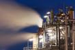 Raffinerie mit Wasserdampf bei Nacht