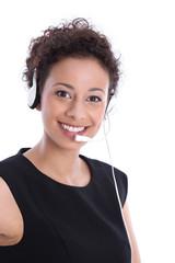 Gesicht einer brünetten schönen lachenden Frau mit Headset