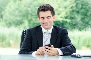 junger geschäftsmann mit smartphone