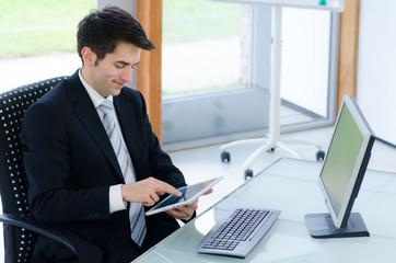 junger mann schaut etwas am tablet nach