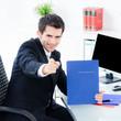businessmann ruft zu bewerbung auf