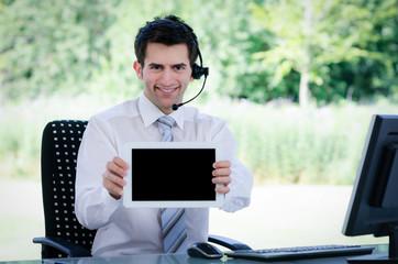 callcenter mitarbeiter zeigt tablet