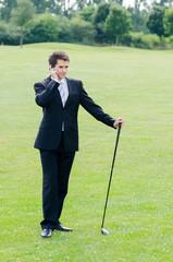 telefonierender geschäftsmann auf dem golfplatz