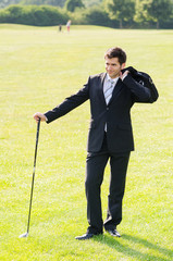 junger geschäftsmann auf dem golfplatz