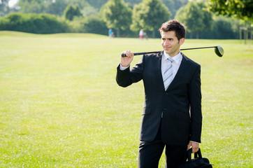 junger mann auf dem golfplatz