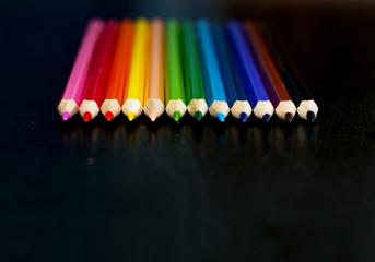 Цветные карандаши на доске