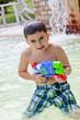 bambino giova con fucile ad acqua