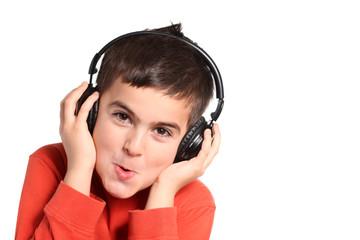 bambino ascolta musica in cuffia