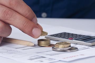 mano con facturas y dinero