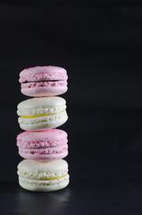 macarrones aislados blanco y rosa con fondo negro