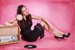 Pin up Girl entspannt mit bunten Lolli und Musik