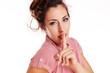 Frau hält den Finger vor den Mund